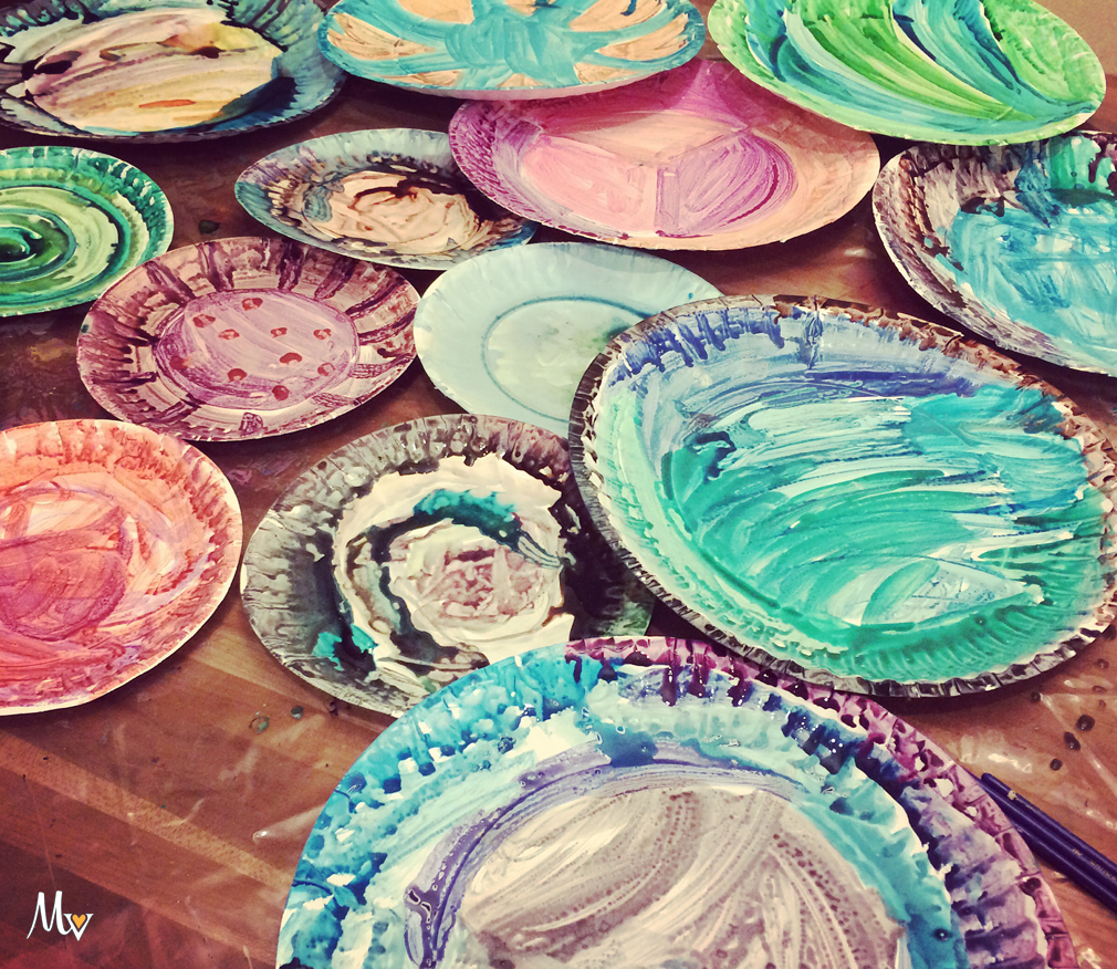 Paper Plate Flowers. Rainy day activity for children. themamavillage.com